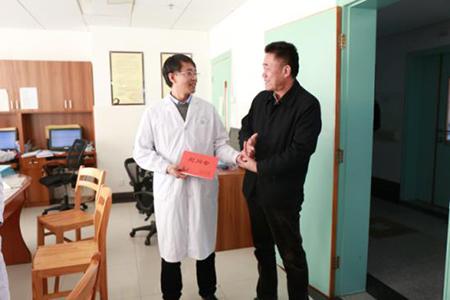 范志华主席到市中医院看望省级劳模李跃林,感谢他一致以来为广大
